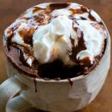 Proteïnecake met chocolade in een mok